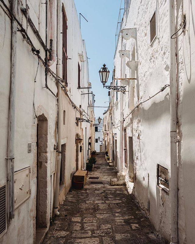 A labyrinth of whitewashed alleyways like this makes Ostuni an explorer's dream! 🇮🇹🔎📷🇮🇹🔎📷