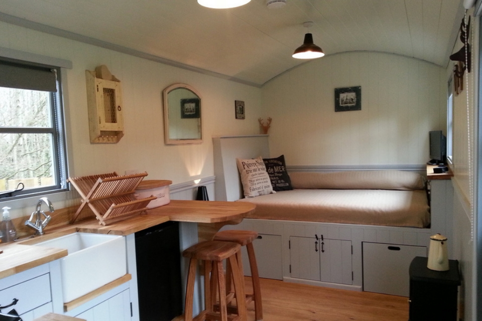 20141206sa-shepherds-hut-wagon-retreat-tiny-house-interior-example-001.jpg