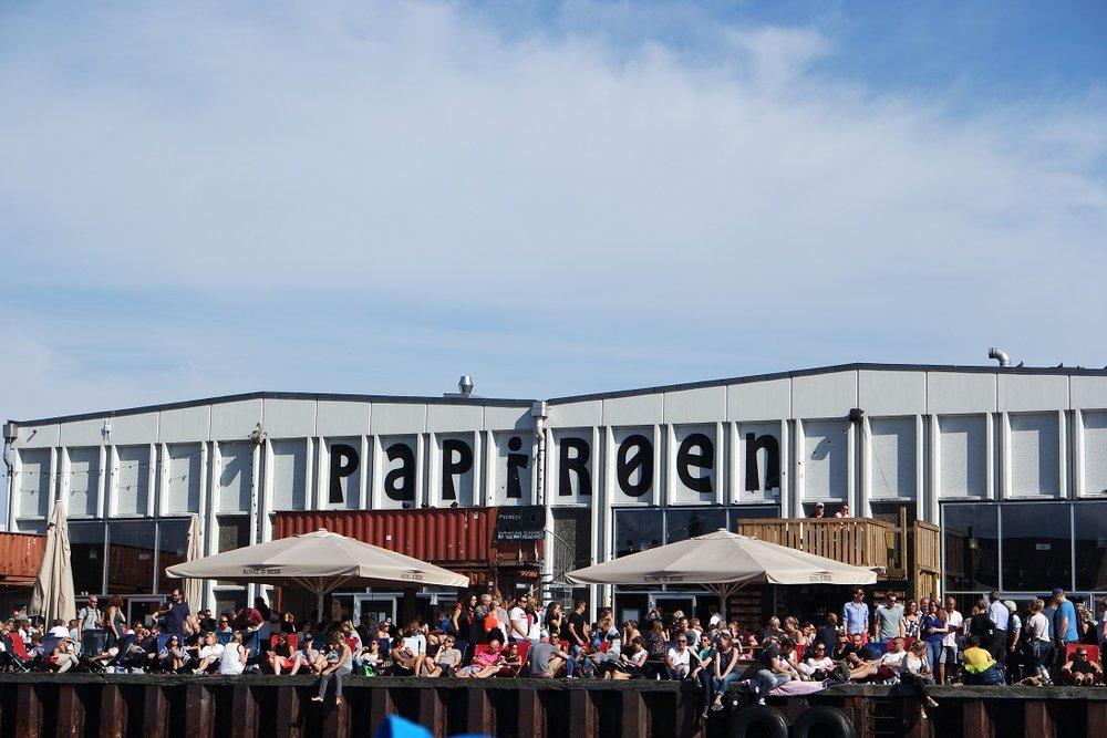 Food court  Ogomna hala koja je pretvorena u food court. Unutra su restorani brze hrane i ima apsolutno sve što vam padne na pamet.