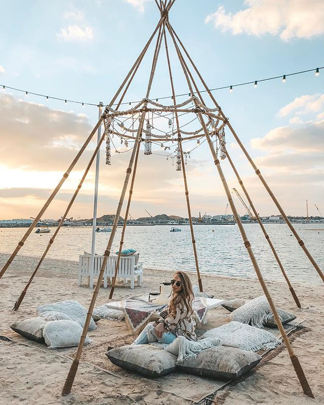 Im not a sunset girl!  Are you? _______________________________________ #mydubai #inshoesofstewardess #grateful #adventuretime #dubai #sunset #lifestyle #dailygoals #beachbody #beachbabe #fashionable #teepee #healthylifestyle #pictureday #positivevibes #weekendgoals #explore #restaurantdesign #bestoftheday #dailyinspiration #daily