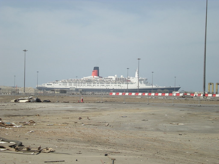 2009 Photo of the Queen Elizabeth 2 in Dubai   ( Indigodelta  via  Wikimedia Commons   CC )