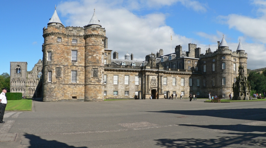 The Palace of Holytoodhouse on a clear day with visitors walking about. Image Credit:  Oliver-Banjoch  via  Wikimedia Commons   CC