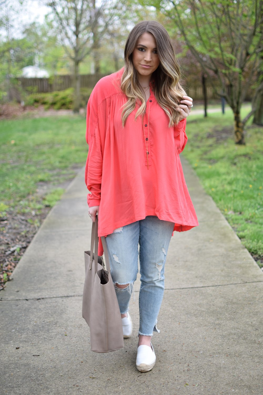 spring outfit idea / light weight top & distressed denim