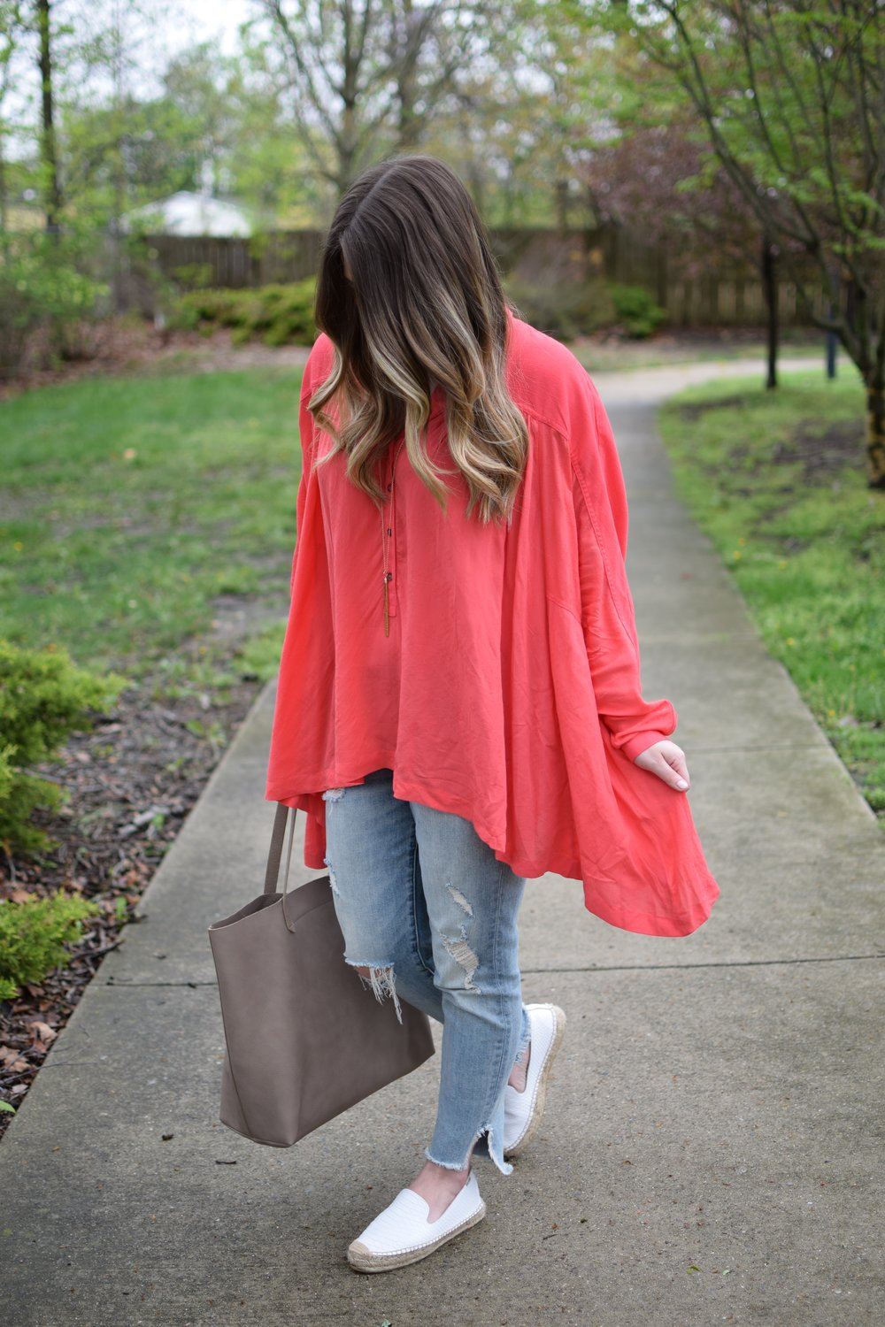 spring outfit idea / lightweight top & distressed denim