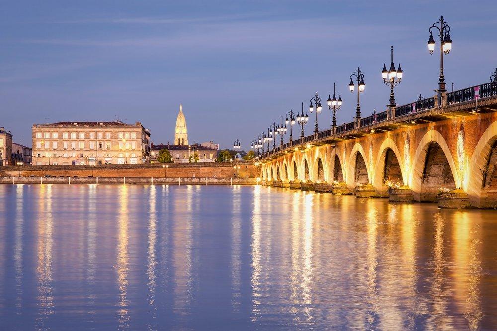 BX1 Le Pont de Pierre la nuit tombée