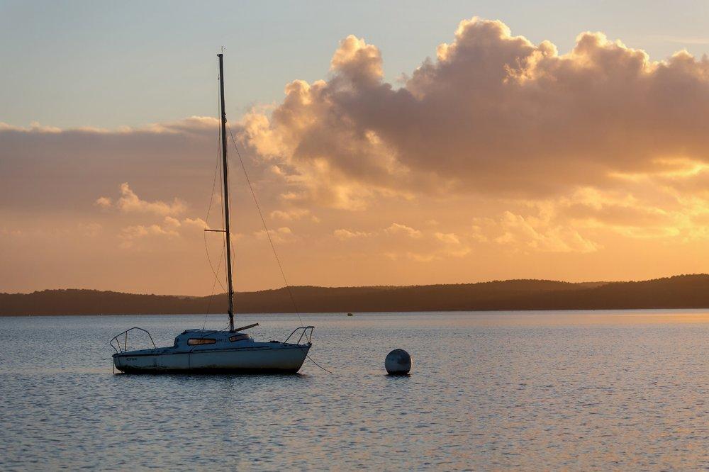 Bateau au soleil couchant sur le lac de Sanguinet L3