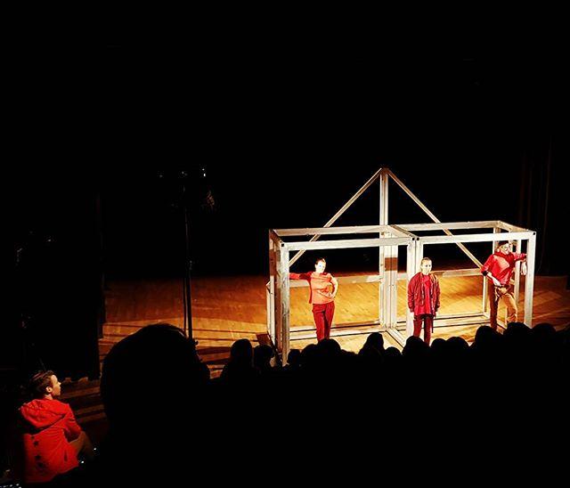 #Tohjem av #Tigerstadsteateret på #Rommen Scene nå! 160 ungdommer sitter oppslukt i salen!