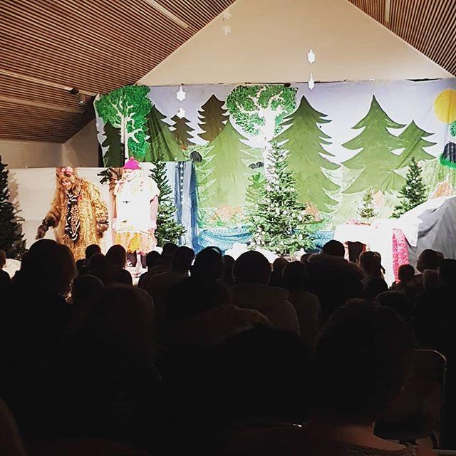 Full sal på gratis barneteater på Kultursalen på Nedre Fossum Gård! I dag vises klassikeren Skinnvotten😊❄☃️ #kulturdalen #stovner #stovnerlove #barneteater