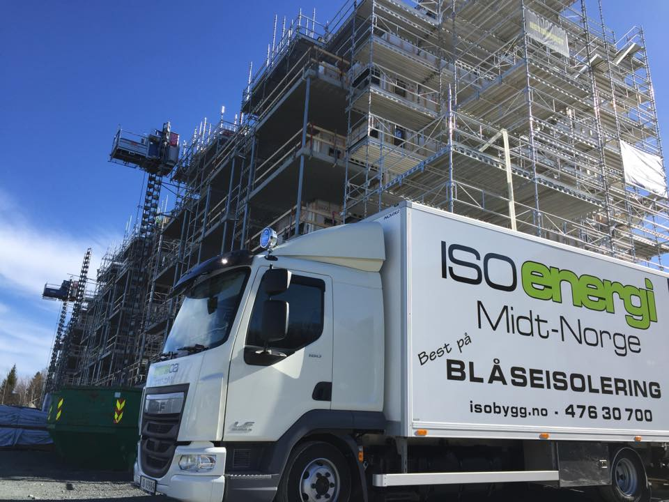 Isoenergi midt-Norge lastebil utenfor byggeplass i Trondheim, klar for å blåse isolering