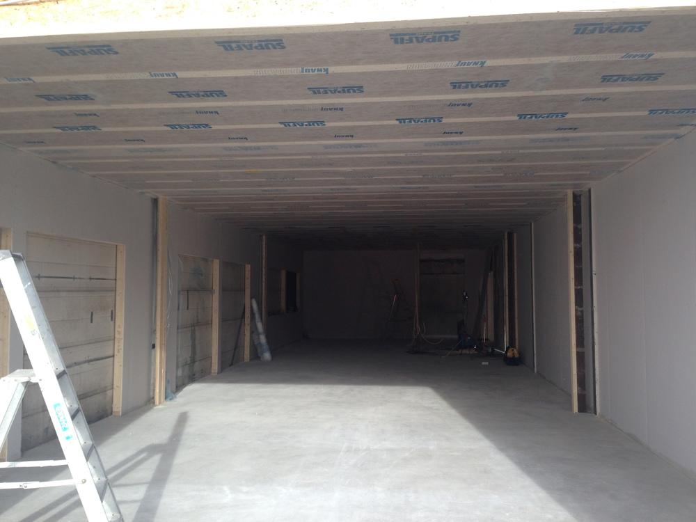 Fiberduk montert i etasjeskiller før blåseisolering igangsettes