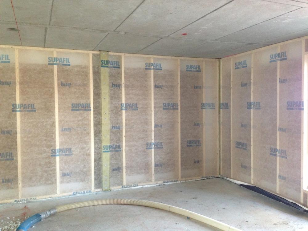 Fiberduk er ferdigmontert og veggen er klar for blåseisolering