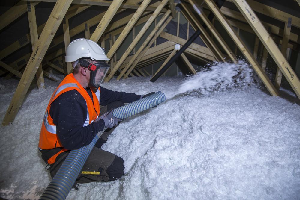 Blåseisolering av loft gir et teppe som fylles alle hullrom uten skjøter