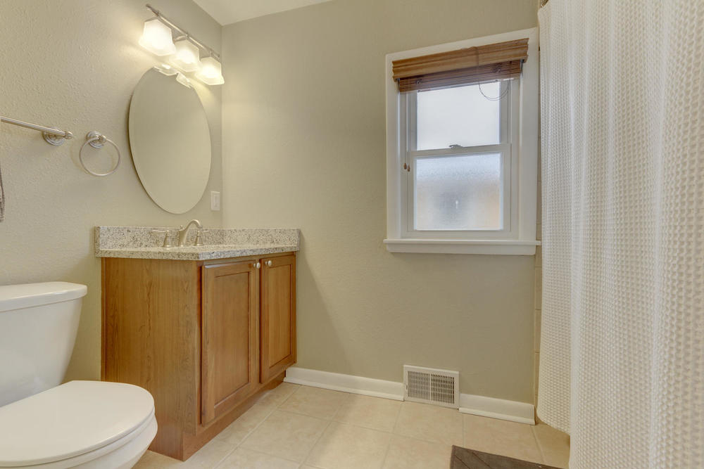 4906 Old Cedar Lake Rd St-large-015-18-Bathroom-1500x1000-72dpi.jpg