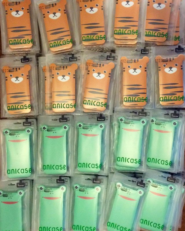We're restocking at the MoMA Design Store. 📦📦📦 #anicase #iphonecase #moma #nyc #momadesignstore #monday #animals #🐯 #🐸