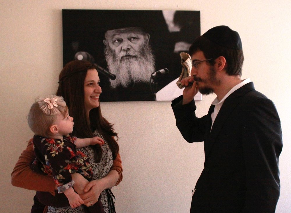 Rabbi Mendy blowing shofar.jpg