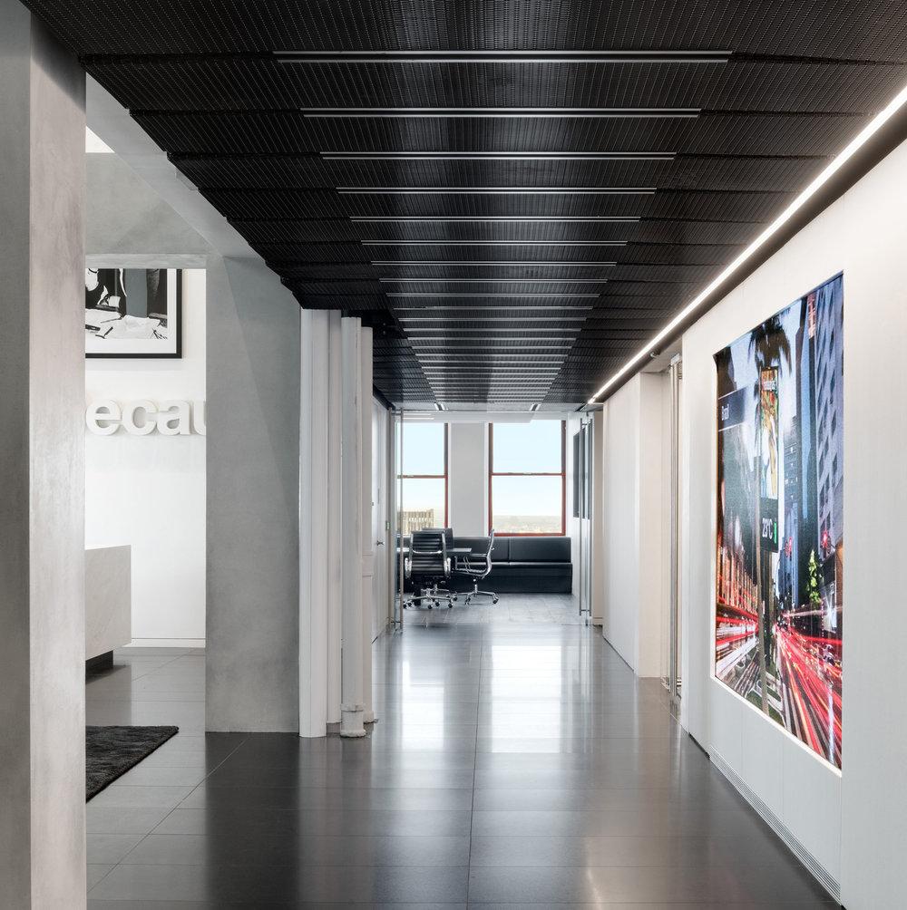 08 DuBois JCDecaux Empire State Building Corridor.jpg