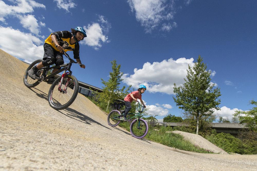 Spass auf dem Bike - In Kurse für Erwachsene und Kinder zeigen dir unsere Coaches, wie du das beste aus dir und deinem Bike herausholst. Ob auf dem Trail oder auf dem Pumptrack.