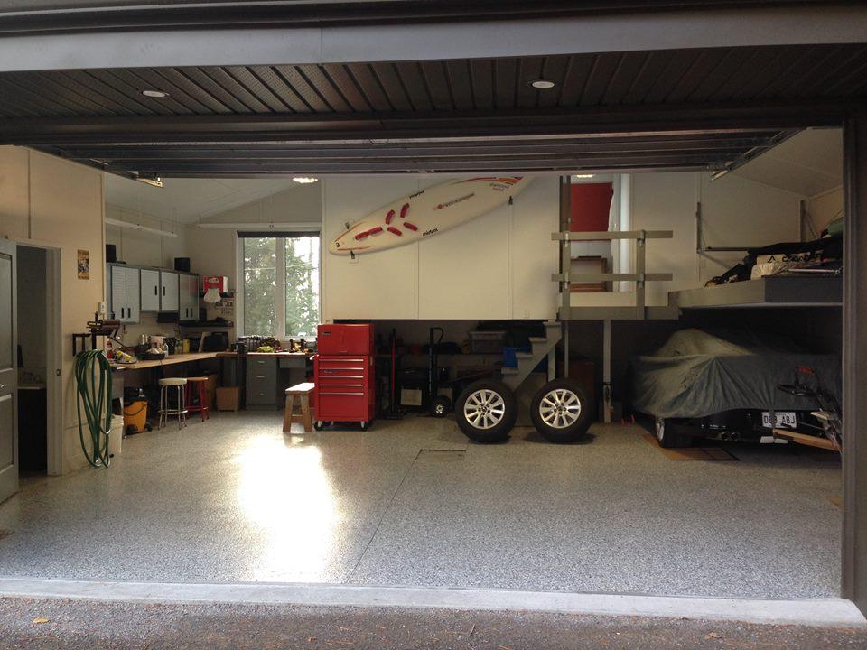 Voici l'intérieur du garage neuf construit en 2014. Avec un bureau à la mezzanine et son plancher chauffant. Le luxe!