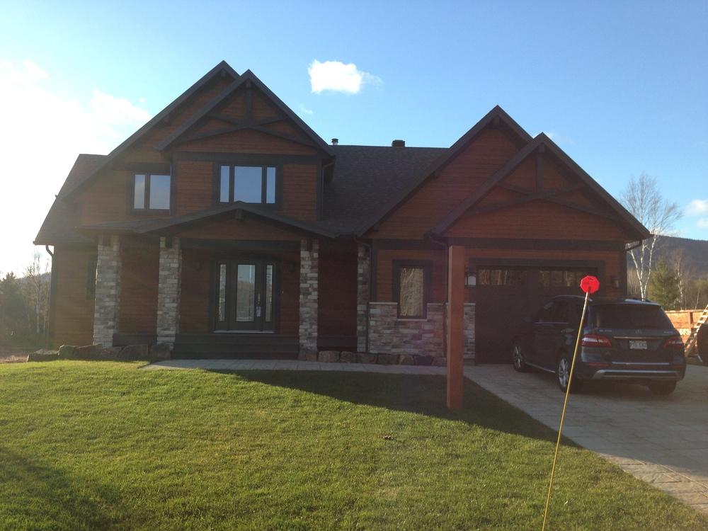 Construction neuve en 2013, vue avant. Cette maison neuve se distingue avec ces nombreux pignons, dessinée par: M4architecture