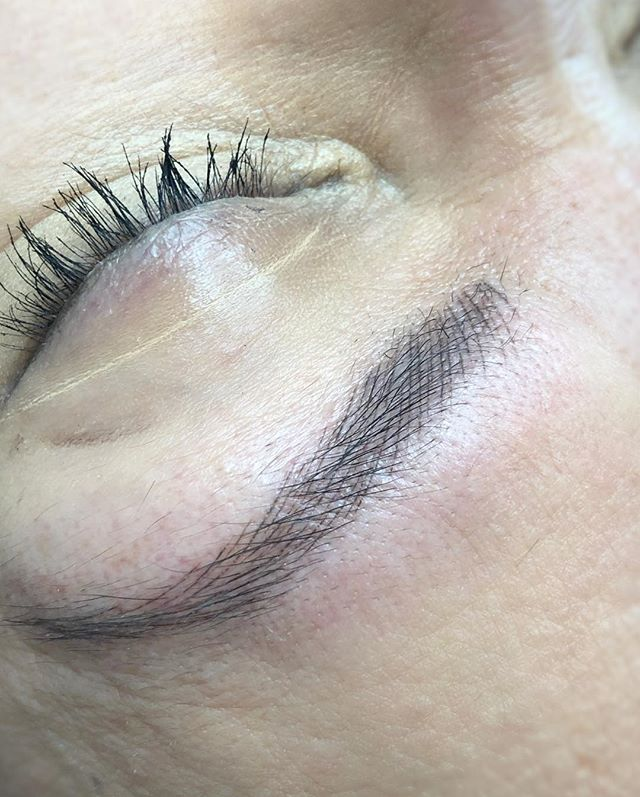 H E A L E D | microblading after one session. Swipe to see how the colour and size of strokes changes when healed. This is what we mean when we say the strokes will appear less red and shrink! Trust the process gang! [results can vary based on client skin type, after care, etc.] . . artist | @bri.hoitattoo  studio | @hoitattoo  pigment | @tinadavies x @tinadaviesprofessional i❤️ink in dark & bold brown . . Online books - www.hoitattoo.com