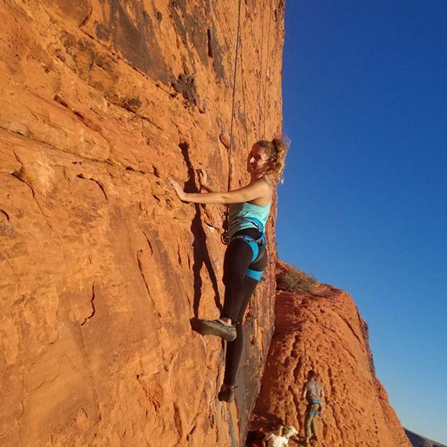 Red rocks & my first time leading outdoors ☀️ #sportclimbing #nevada #climbing #redrocks #ladyclimbers #happyplace #gooutside