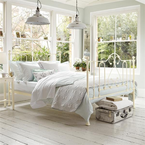 Traditional Bedroom Ideas With White Metal Bed Frames.