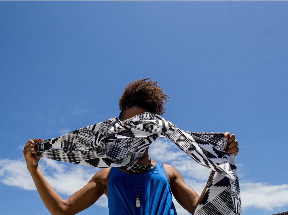 Take a rectangular scarf        Utilize um lenço retangular