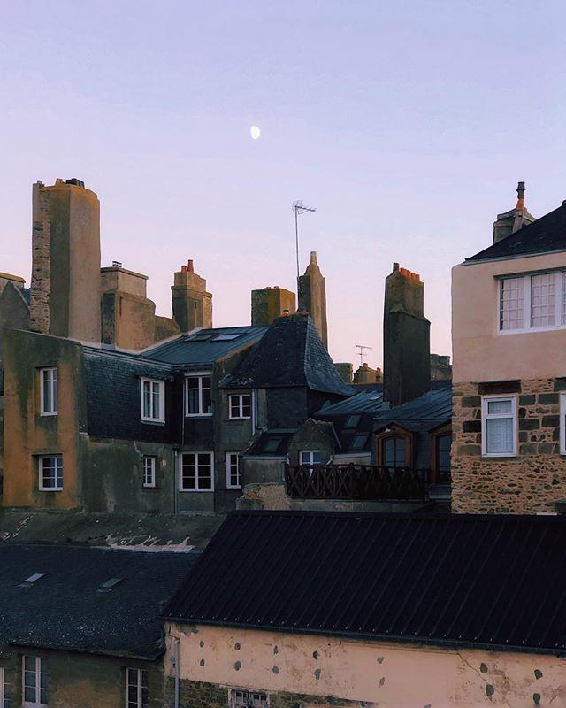 Les toits de Saint-Malo . . . #lifeofadventure #folkscenery #moodygrams #passionpassport #travel #voyageursdumonde #myfeatureshoot #mytinyatlas #createcommune #createexplore #lesfrancaisvoyagent #shotoniphonex #vscox #art #sunset #vsco #bretagne #jaimelabretagne