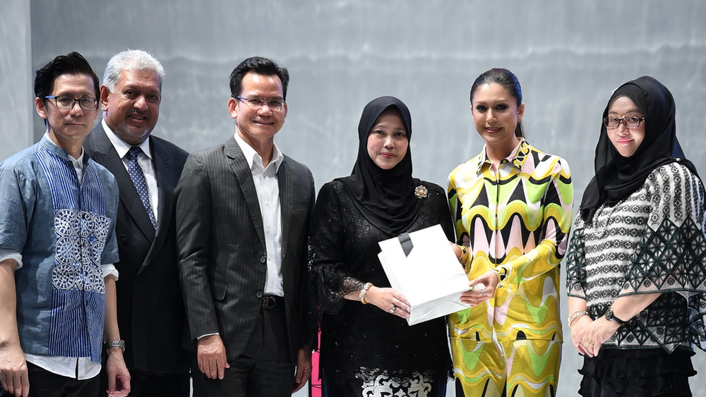 From L to R : MR. ANDREW TAN, Founder of KLFW - YBHG DATUK SERI MIRZA MOHAMMAD TAIYAB, KETUA PENGARAH TOURISM MALAYSIA - YBHG DATUK RASHIDI BIN HASBULLAH, TIMBALAN KETUA SETIAUSAHA (KEBUDAYAAN) Ministry Of Tourism & Culture Malaysia - YTM TENGKU PUAN TEMENGGONG KELANTAN TUNKU DATO HAJJAH NOR HAYATI BINTI TUNKU ABDUL RAHMAN PUTRA AL HAJ, Founder of YANAS - YBHG DATIN SERI HAFLIN SAIFUL, Spouse of Minister Of Tourism & Culture Malaysia - YBRS PN.NOR HAYATI BINTI AWANG, TIMBALAN KETUA SETIAUSAHA (PELANCONGAN)Ministry Of Tourism & Culture Malaysia