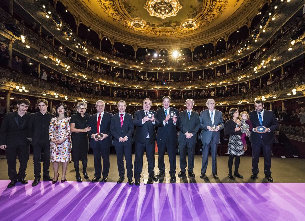 Salmond receiving Sabino Arana award at the Arriaga Theatre, Bilbao.  Photo:  EAJ-PNV