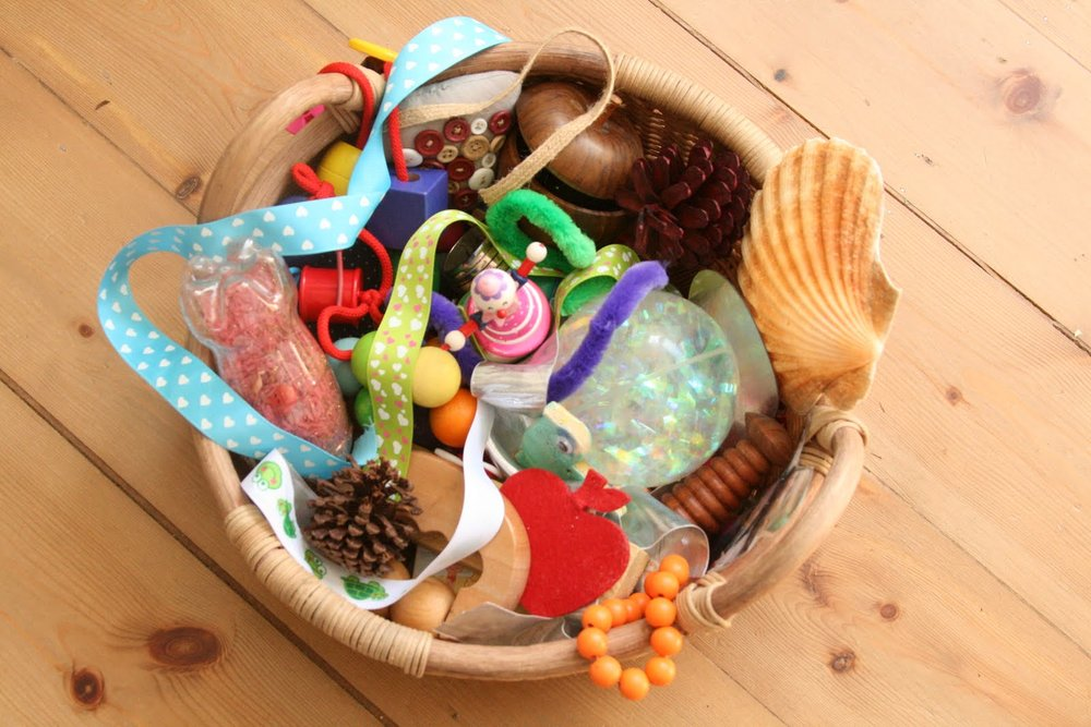 The treasure basket - Example of learning through exploration of the outer world for babies
