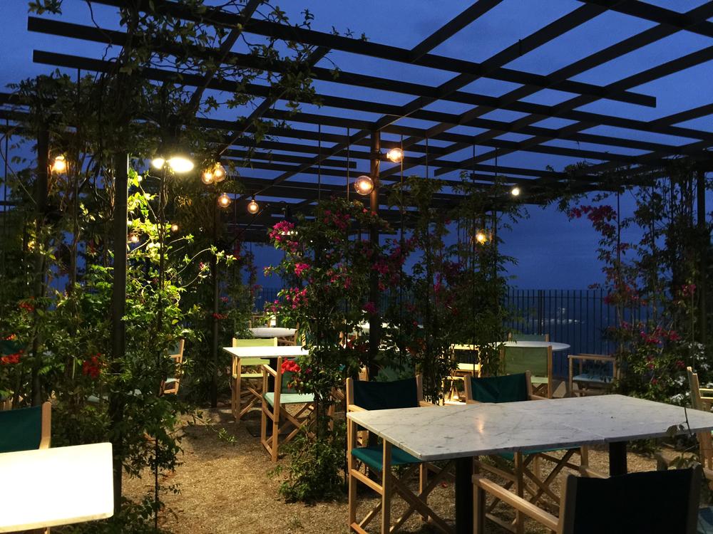 AELAND - restaurante far-exterior-pérgola metalica-iluminación.jpg
