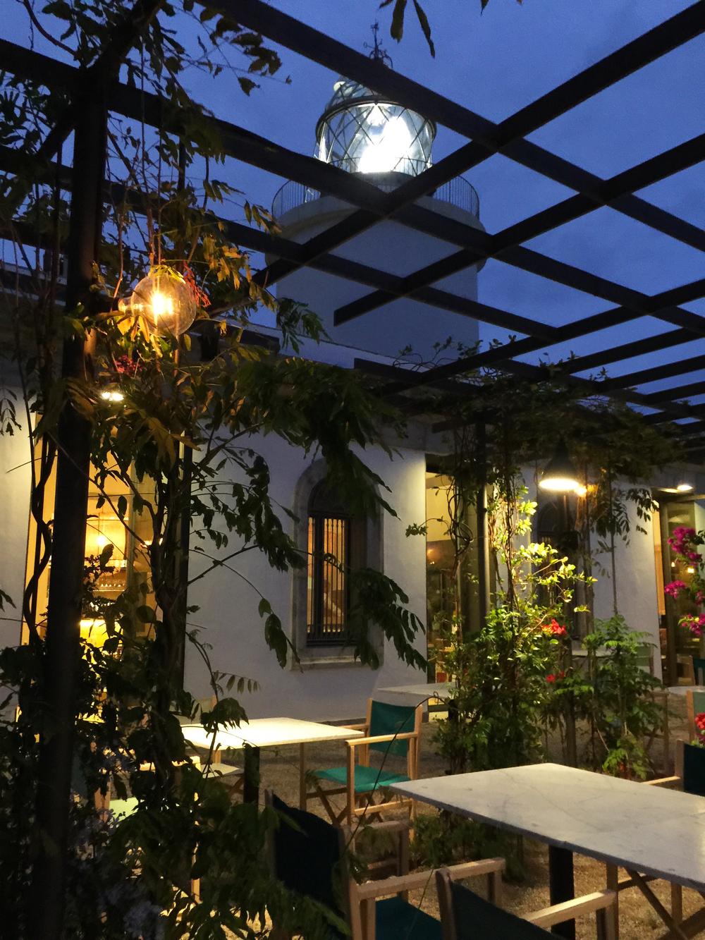 AELAND - restaurante far-pérgola metalica-iluminación.jpg