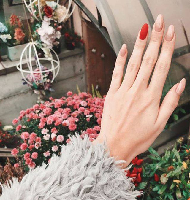 Tuesday Treats • We're all about the accent nail⠀⠀⠀⠀⠀⠀⠀⠀⠀ .⠀⠀⠀⠀⠀⠀⠀⠀⠀ .⠀⠀⠀⠀⠀⠀⠀⠀⠀ .⠀⠀⠀⠀⠀⠀⠀⠀⠀ #accentnail #manicure #polishchange #riccardomaggioresalon
