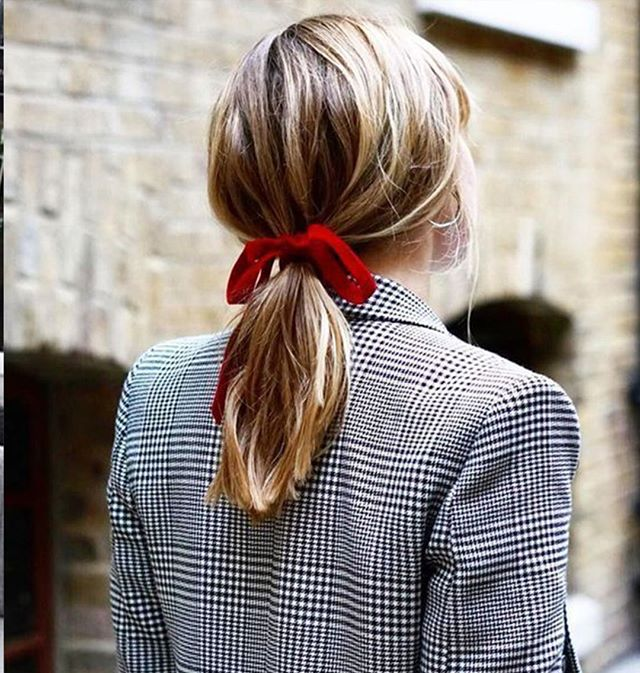 The laid back, throw back pony⠀⠀⠀⠀⠀⠀⠀⠀⠀ .⠀⠀⠀⠀⠀⠀⠀⠀⠀ .⠀⠀⠀⠀⠀⠀⠀⠀⠀ .⠀⠀⠀⠀⠀⠀⠀⠀⠀ #inspiration #redbow #holidayhair #riccardomaggioresalon