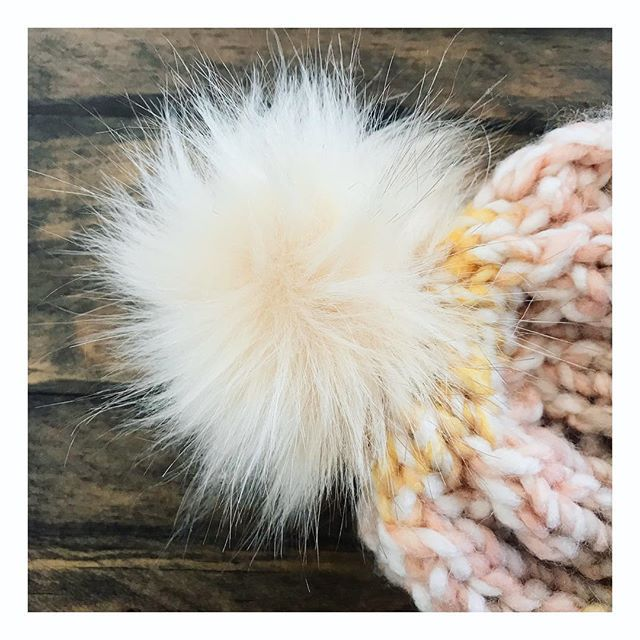 Online shopping before the big game? New beanies on the site!! ✌🏽❤️ . . . #threesistersupply #moonandtide #handknithats #chunkyknits #fauxfurpompom #lovehandmade #linkinbio #beanieseason #cozychic #peaceandlove