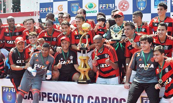 Os campeonatos, ultra organizados, atraem a atenção até de estrelas como Petkovic, segurando a taça de mais um título do Mengão.