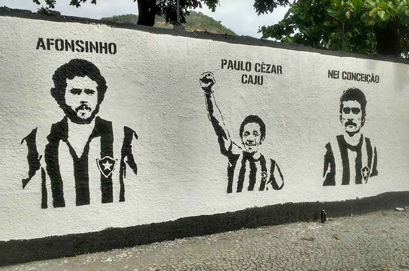 No muro, Barba, Cabelo e Bigode, personagens do documentário.