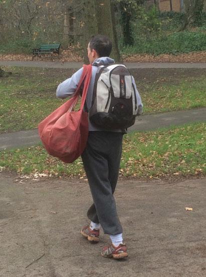 Um pai enfia a viola no saco que leva embora os apetrechos da pelada no parque que inclui canos de plástico  para marcar os gols, bandeiras de escanteio e cones para marcar as laterais.