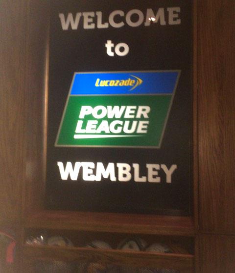 Cartaz de boas vindas aos boleiros que curtem jogar ao lado de Wembley.