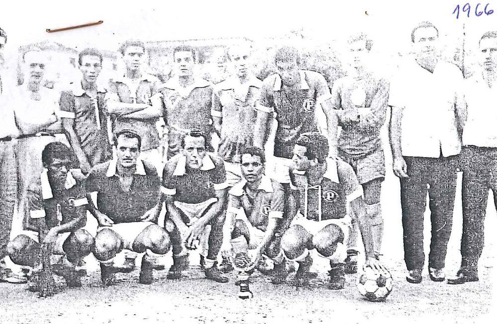 PALMEIRAS, da esquerda para a direita, em pé: Jorge (torcedor), Roberto, Betinho Carqueija, Jorginho, Delmo, Maurílio (Atlético MG), Jorge Luiz, Joaquim (presidente) e Nilo (técnico).  Agachados: Dequinha (ex-Desportiva ES), Joel e Paulinho (tricampeões pelo Flamengo 53/54/55 e 58), Paulinho (Fluminense) e Mauro.  Palmeiras 7 x 1 Frigorífico (Campo do Confiança), 1965.