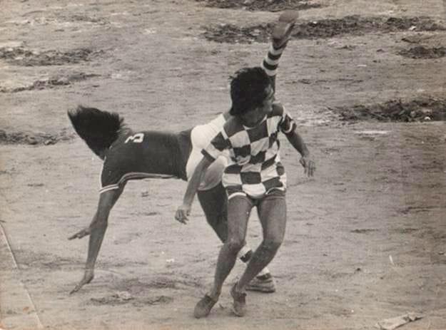 Disputa de bola no Aterro entre Cacá (frente) e Reinaldo Leusinger, do Naval