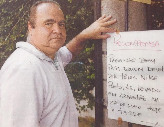 Albertão Ahmed colando cartaz no poste