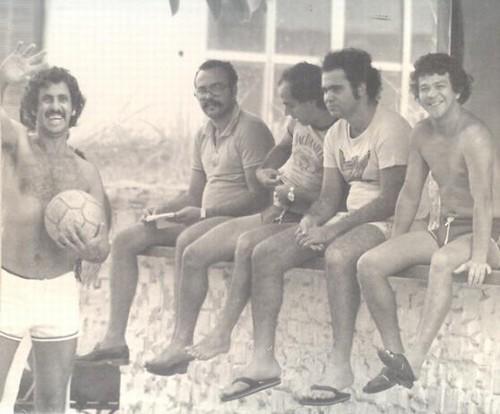 Os amigos da pelada, no Canaveral.Emir (em pé), Flávio Bigode, Eduardinho, Albertão Ahmed e Vico.