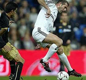 Vestindo a camisa do Real Madrid,Zidane aplica seu drible característico.