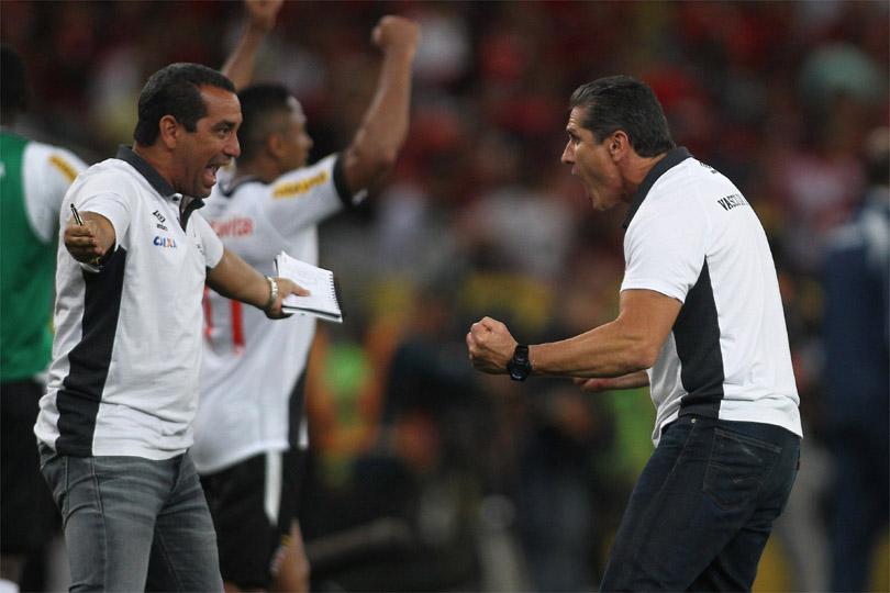 Jorginho e Zinho comemoram um gol do Vasco ( Foto: Reprodução)