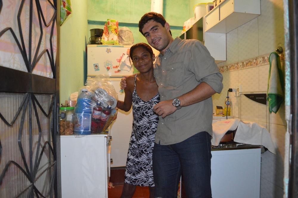 Moradora recebe as doações em casa