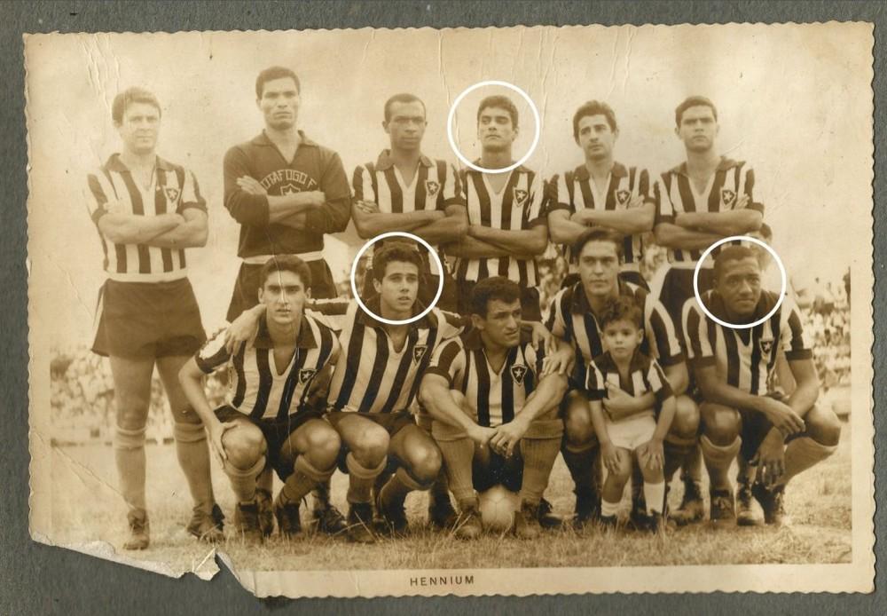 Time do Botafogo durante excursão ao RS em 1968 com o trio Nei (de pé), Afonso e Caju (agachados) [acervo Maura Moreira]