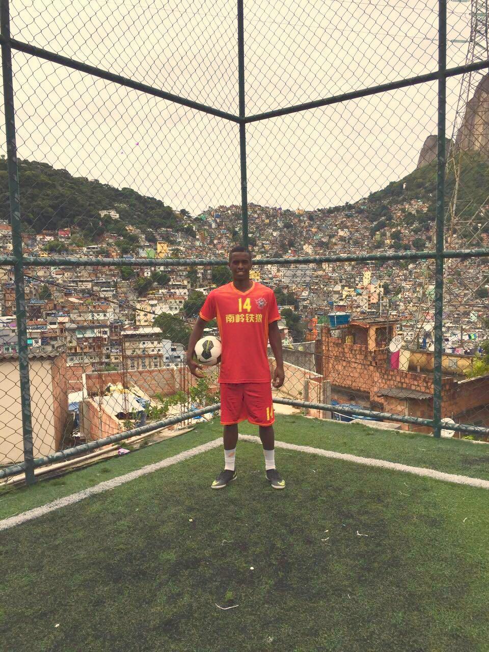 Durante as férias o craque costuma jogar peladas na Rocinha, onde foi criado