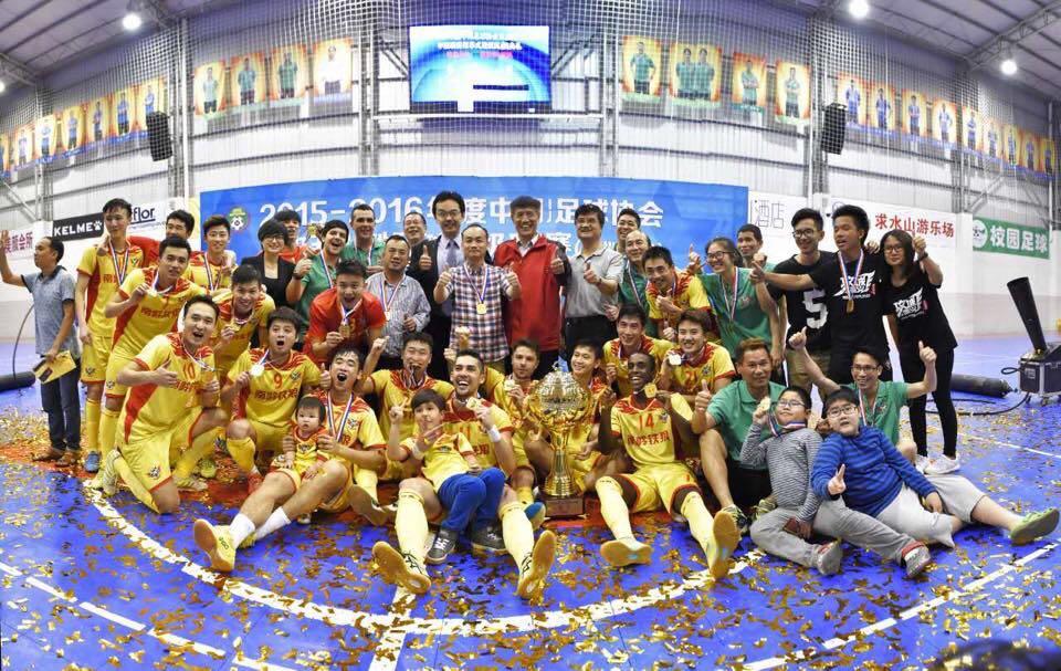 Jogadores do Shenzhen posam para a foto após a conquista do título